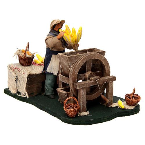 Homme qui égraine des épis de maïs en mouvement pour crèche napolitaine de 12 cm 3