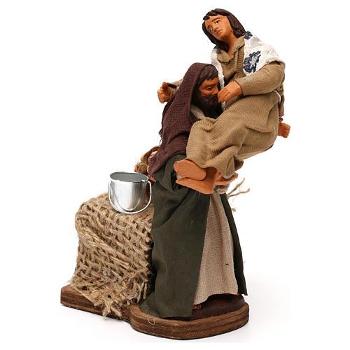 Uomo con donna in braccio in movimento presepe napoletano 12 cm 1
