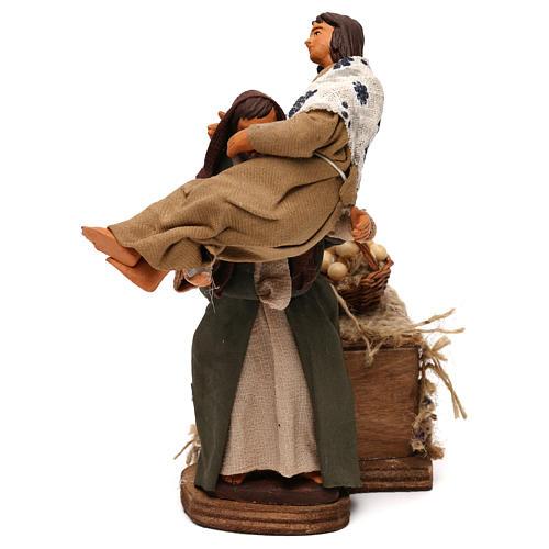 Uomo con donna in braccio in movimento presepe napoletano 12 cm 3