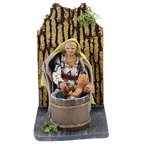 Donna che lava bambino presepe napoletano movimento 7 cm s1