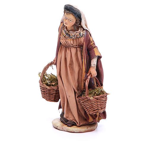 Mujer con cestas de musgo Belén 13 cm Angela Tripi terracota 2