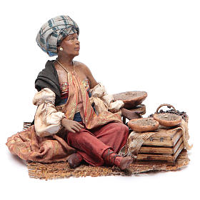 Donna mora con sacchi seduta 18 cm Angela Tripi s1