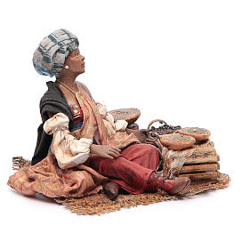 Donna mora con sacchi seduta 18 cm Angela Tripi s3