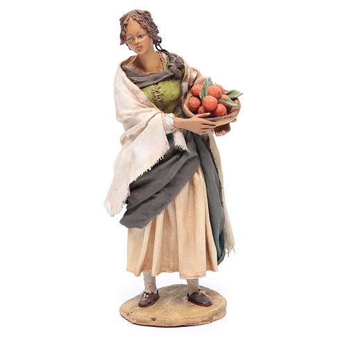Femme debout avec panier d'oranges 18 cm Angela Tripi 1