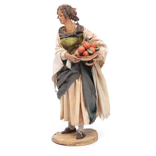 Femme debout avec panier d'oranges 18 cm Angela Tripi 2