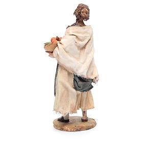 Donna in piedi con cesto di arance 18 cm Angela Tripi s4