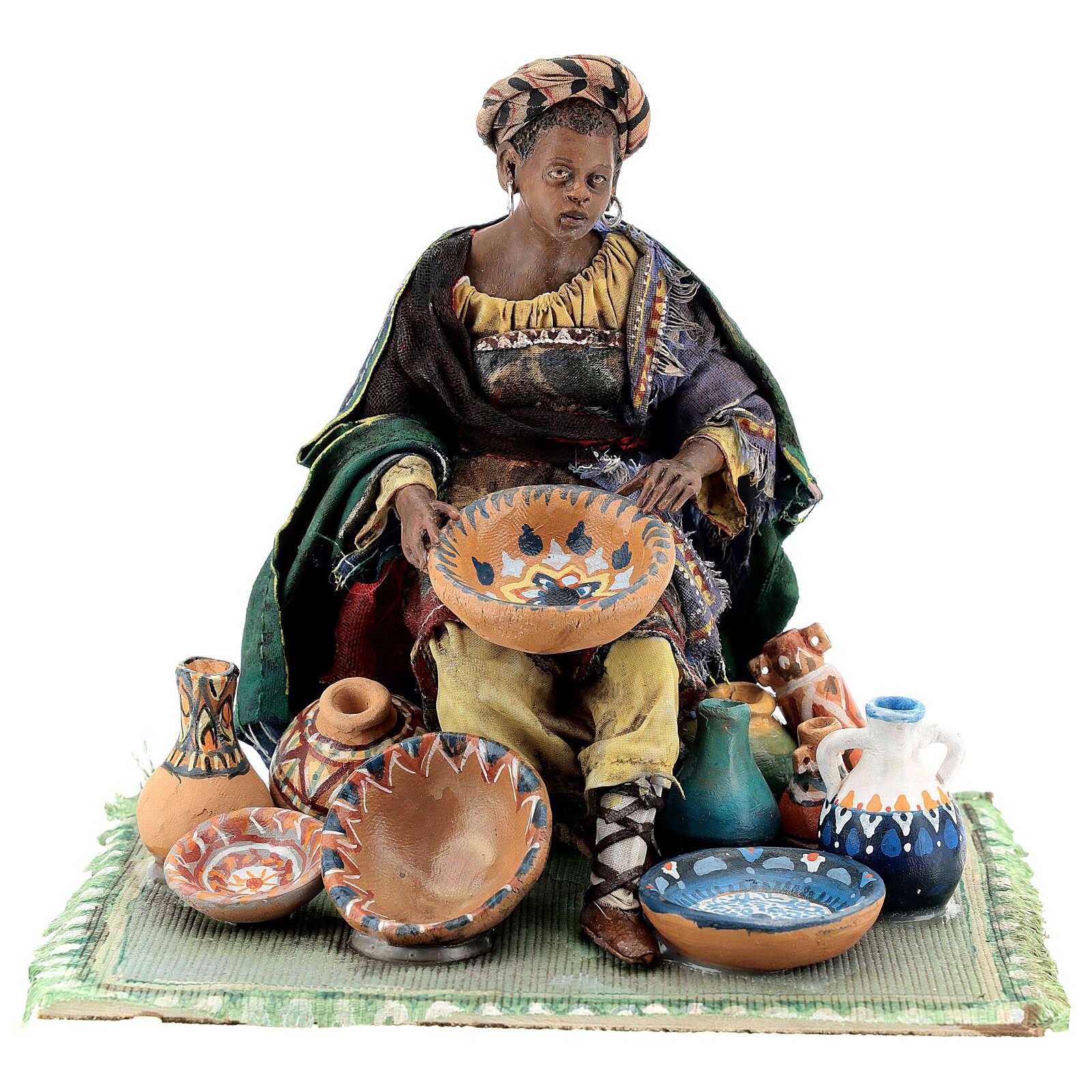 Femme maure assise avec vaisselle 18 cm Angela Tripi 4
