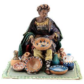 Femme maure assise avec vaisselle 18 cm Angela Tripi s1