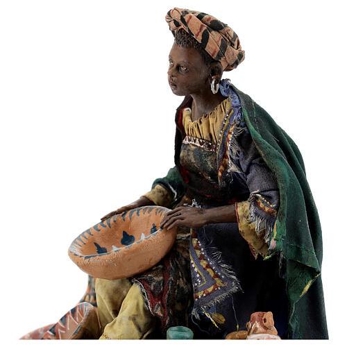 Femme maure assise avec vaisselle 18 cm Angela Tripi 2