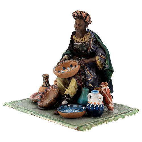 Femme maure assise avec vaisselle 18 cm Angela Tripi 3
