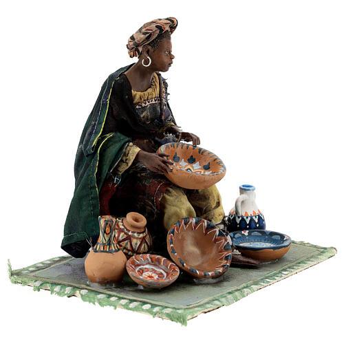 Femme maure assise avec vaisselle 18 cm Angela Tripi 5