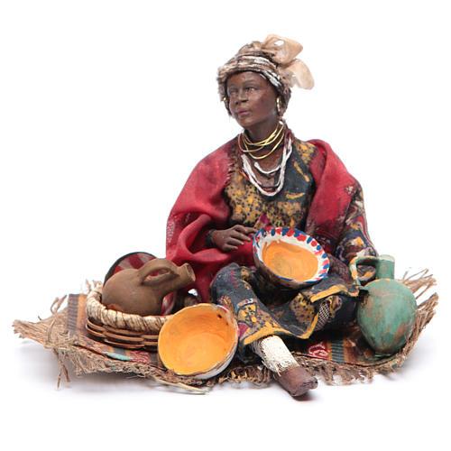 Donna mora seduta con ceramica 18 cm Angela Tripi 1