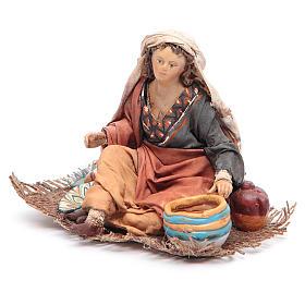 Femme assise avec vaisselle 13 cm Angela Tripi s2