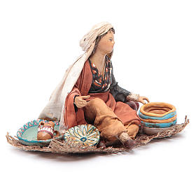 Femme assise avec vaisselle 13 cm Angela Tripi s3
