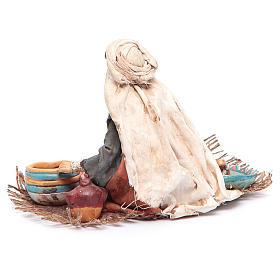 Donna seduta con ceramica 13 cm Angela Tripi s4