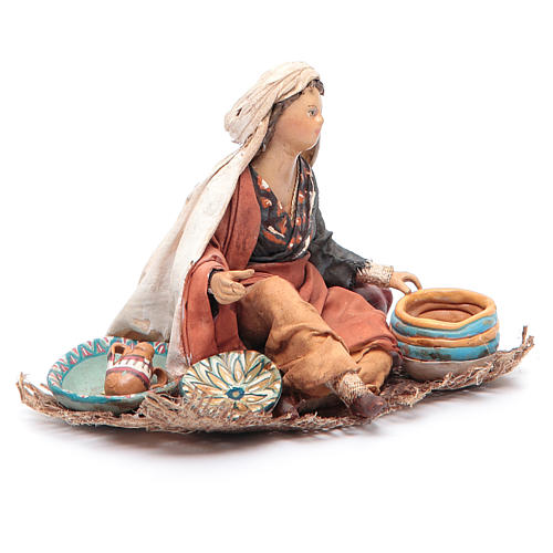 Donna seduta con ceramica 13 cm Angela Tripi 3