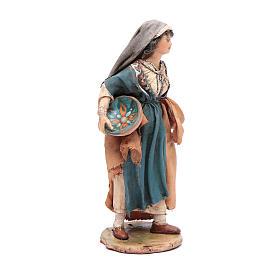 Donna con piatto 13 cm presepe Angela Tripi s4