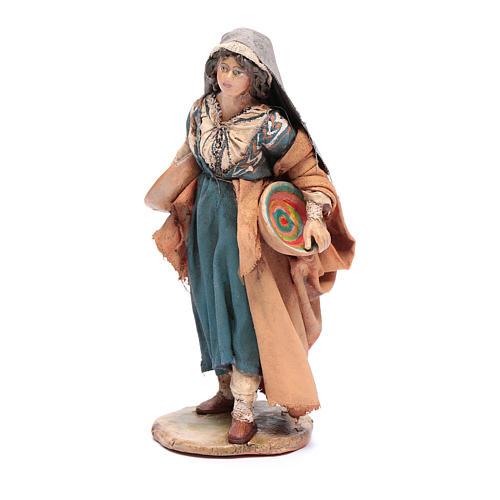 Donna con piatto 13 cm presepe Angela Tripi 2