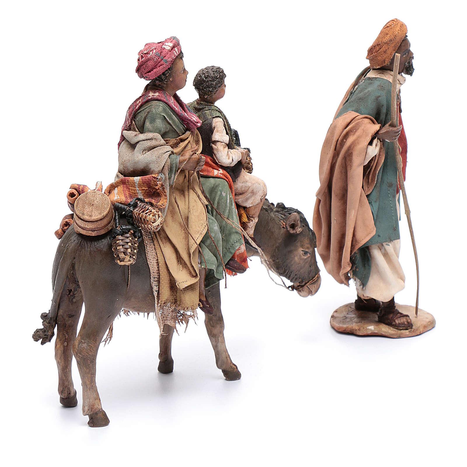 Mujer con niño sobre mula y pastor belén Angela Tripi 4