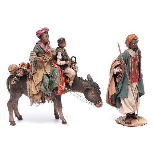 Mujer con niño sobre mula y pastor belén Angela Tripi 1