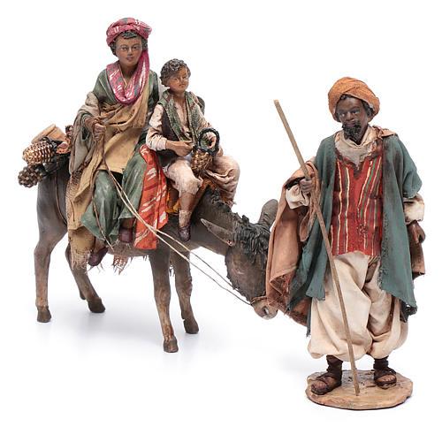 Mujer con niño sobre mula y pastor belén Angela Tripi 2