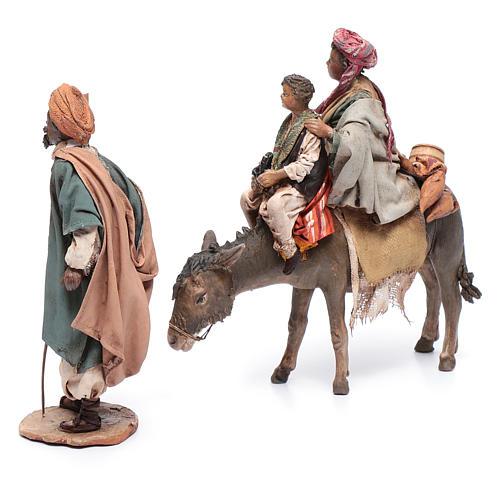 Mujer con niño sobre mula y pastor belén Angela Tripi 3