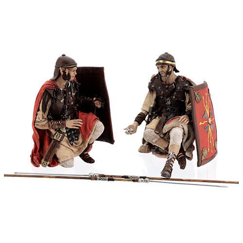 Soldats romains qui jouent aux dés 18 cm crèche Tripi 1