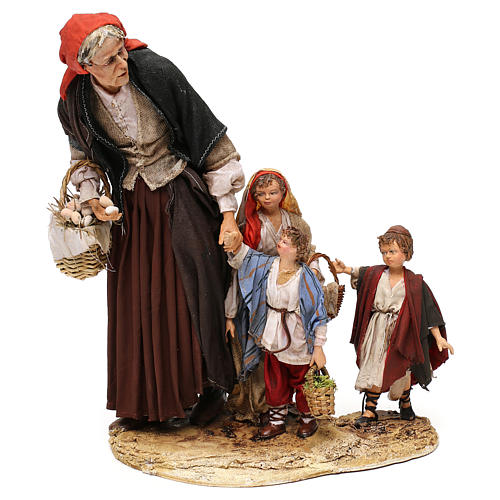 Donna anziana con 3 bambini presepe 30 cm Angela Tripi 1