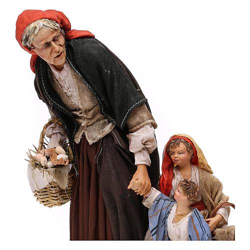 Donna anziana con 3 bambini presepe 30 cm Angela Tripi 2