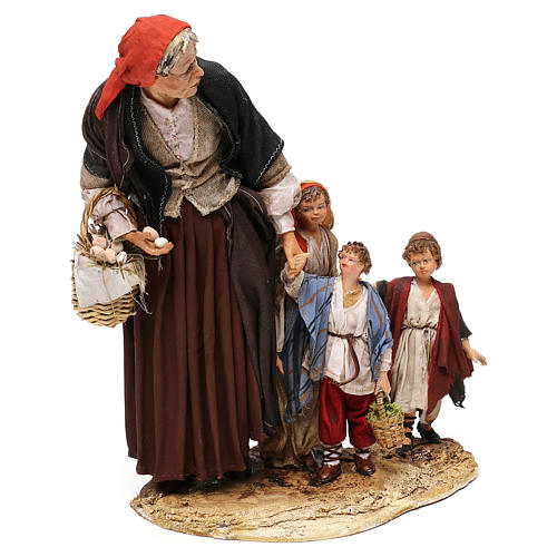 Donna anziana con 3 bambini presepe 30 cm Angela Tripi 5