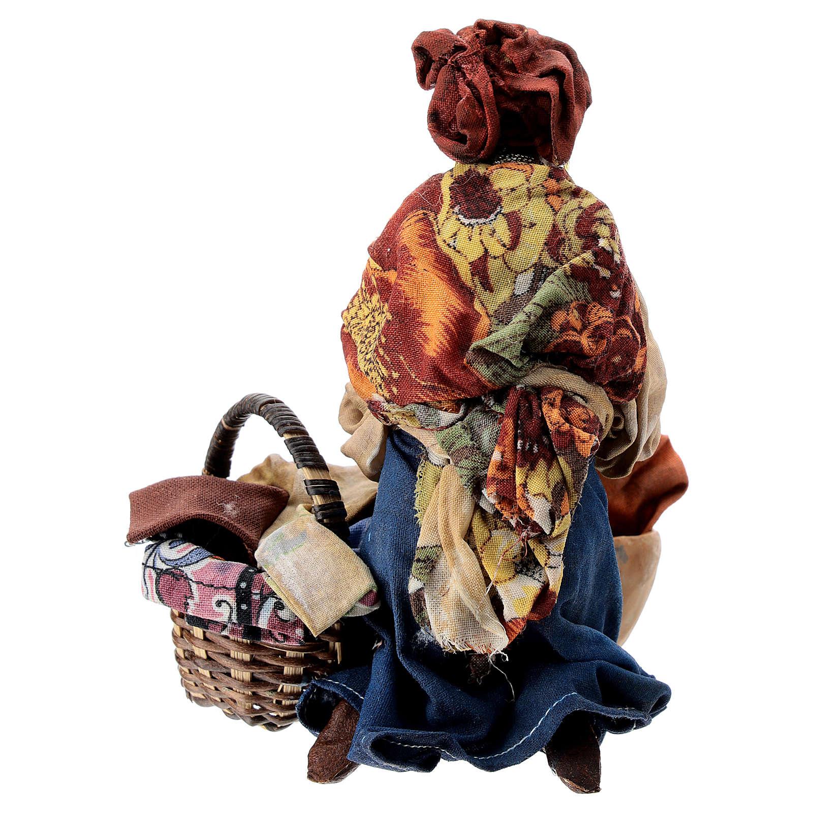Mujer morena que lava la ropa 13 cm Angela Tripi 4