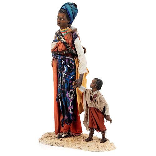 Mujer morena con niño mano 30 cm, Tripi 5