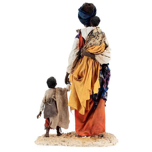 Mujer morena con niño mano 30 cm, Tripi 11