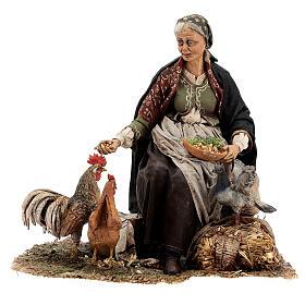 Mujer sentada con gallina 30 cm Tripi s1