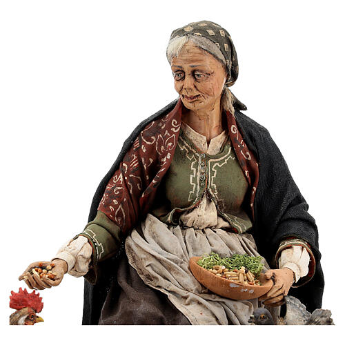 Mujer sentada con gallina 30 cm Tripi 2
