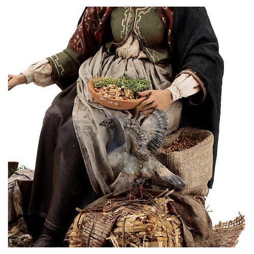 Mujer sentada con gallina 30 cm Tripi 4