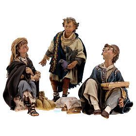 Grupo 3 jóvenes juegan 18 cm Tripi s1