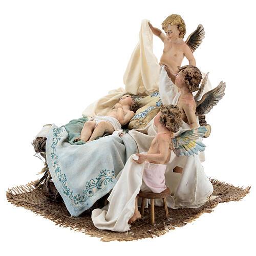 Berço Menino Jesus com anjos para presépio Angela Tripi com figuras de altura média 30 cm 3