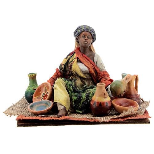 Mujer sentada morena con cerámicas 18 cm Tripi 1