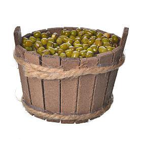 Comida en miniatura: Tina de madera con aceitunas