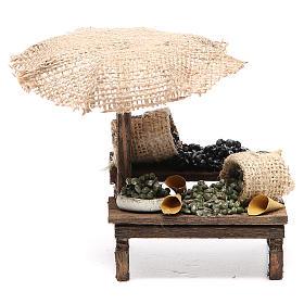 Puesto de mercado para belén con sombrilla y aceitunas 12x10x12 cm s1