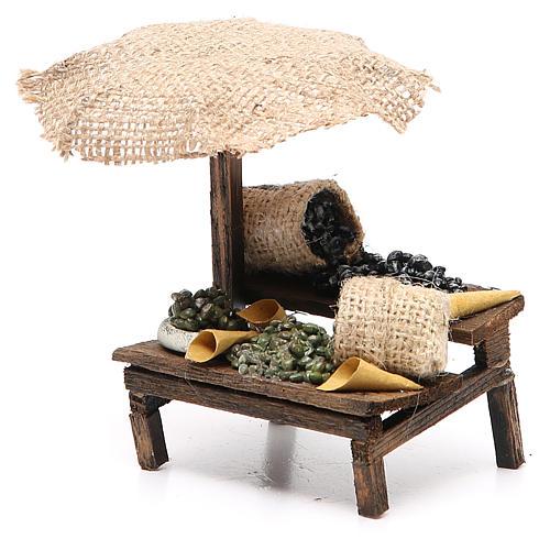 Puesto de mercado para belén con sombrilla y aceitunas 12x10x12 cm 2