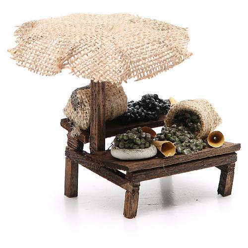 Puesto de mercado para belén con sombrilla y aceitunas 12x10x12 cm 3