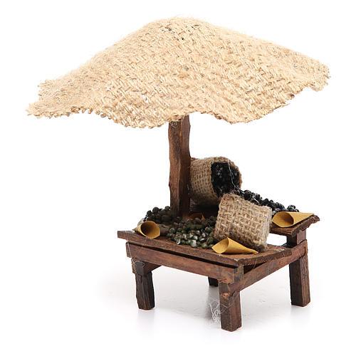Puesto de mercado para belén con sombrilla y aceitunas 16x10x12 cm 2