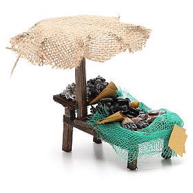 Puesto de mercado para belén con sombrilla, mejillones y almejas 12x10x12 cm s4