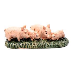 Animales para el pesebre: Cerditos de resina sobre hierba para belén 6 cm