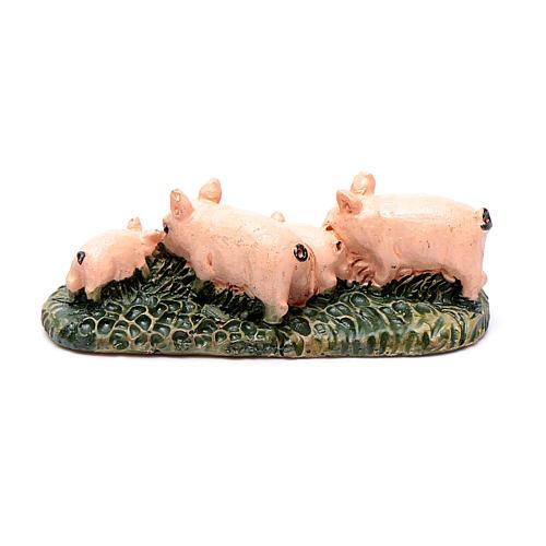 Świnie z żywicy na trawie do szopki 6 cm 2