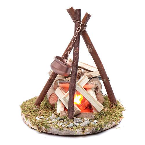 Décor bivouac sur champ avec casserole et feu 1