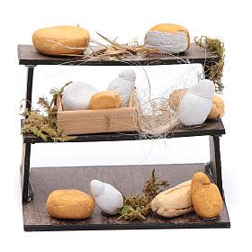 Forme di formaggi su banco di tre piani presepe napoletano s1