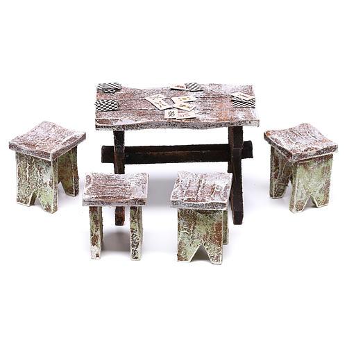 Mesa con cartas y 4 taburetes de 5x5x5 cm para belén de 12 cm 1